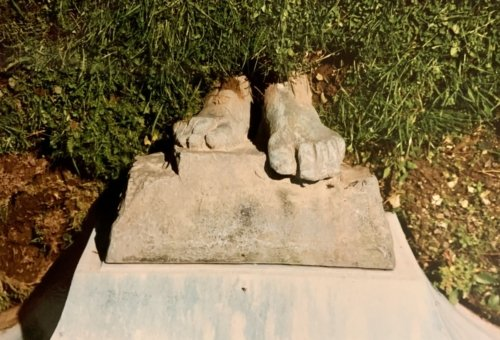 The original plinth with the snapped off feet left by the robbers. Image courtesy of Alan Parker.